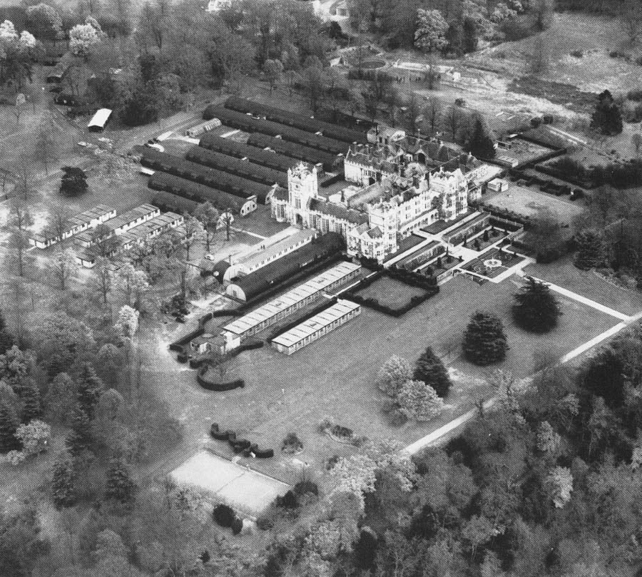 Danesfield House, RAF Medmenham in 1945 met bijgebouwde hutten en barakken. (collectie: USAAF, 325 Photographic Reconnaissance Wing)