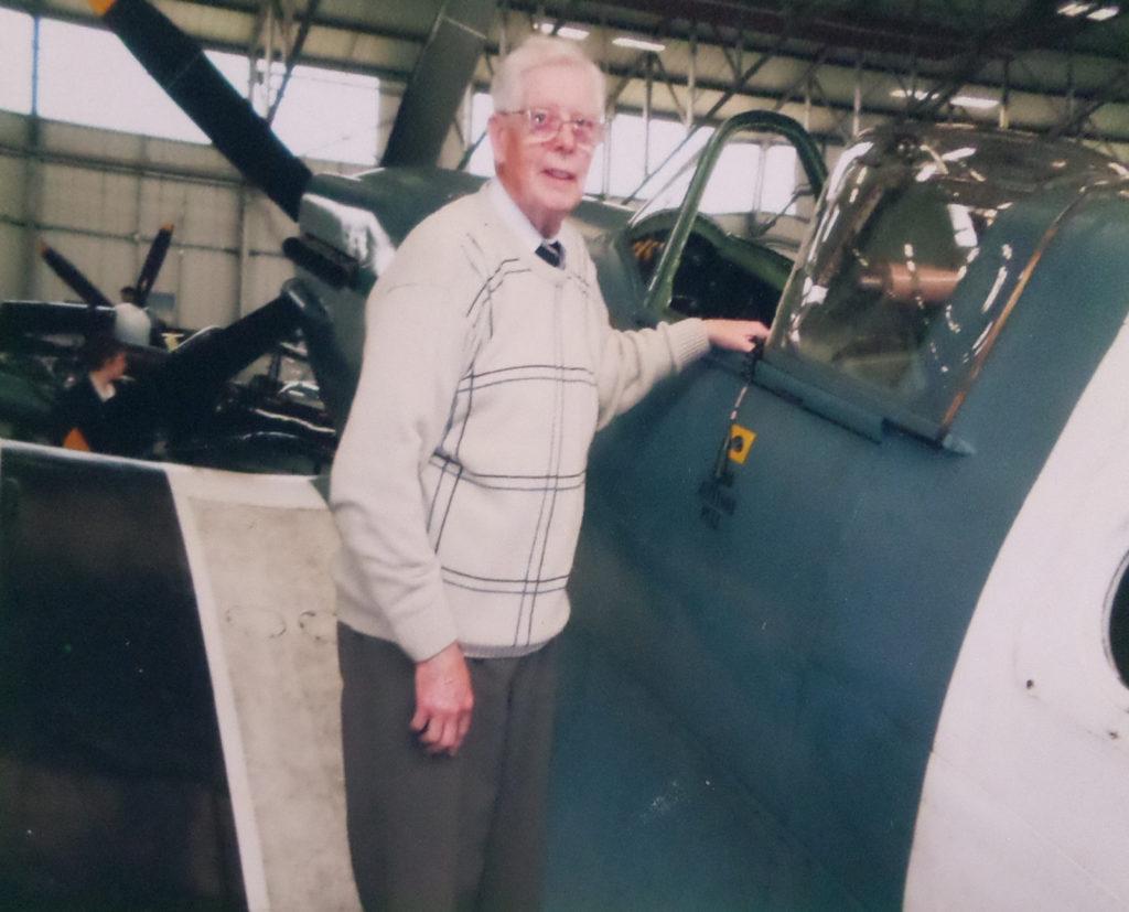"""Ken Nichol ca. 2012 op bezoek bij de """"Battle of Britain Memorial Flight"""", RAF Coningsby, bij een Spitfire PR Mark XIX (eigendom: K.J.H. Nichol, collectie: W. Ogier, Budel)"""