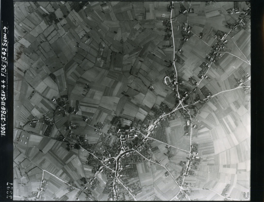 RAF-luchtfoto 3327 van het centrum van Budel, 11 september 1944 (© De auteursrechten en databankenrechten zijn voorbehouden aan het Kadaster, Apeldoorn, 2018 Dotka Data BV)