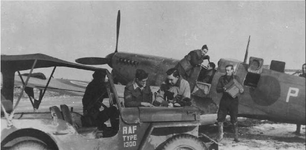 Verwijderen van filmcassettes uit een Spitfire Mark XI door grondploeg (collectie: USAAF, USA)