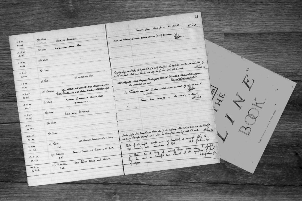 Het Line Book van 542 Squadron RAF met op de bovenste regel de vlucht over Cranendonck