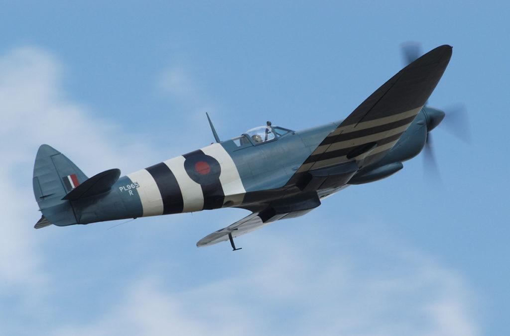 Supermarine PR Spitfire Mark XI. In de onderzijde van de voorste witte band om de romp is één van de openingen, voor de verticale camera's, zichtbaar